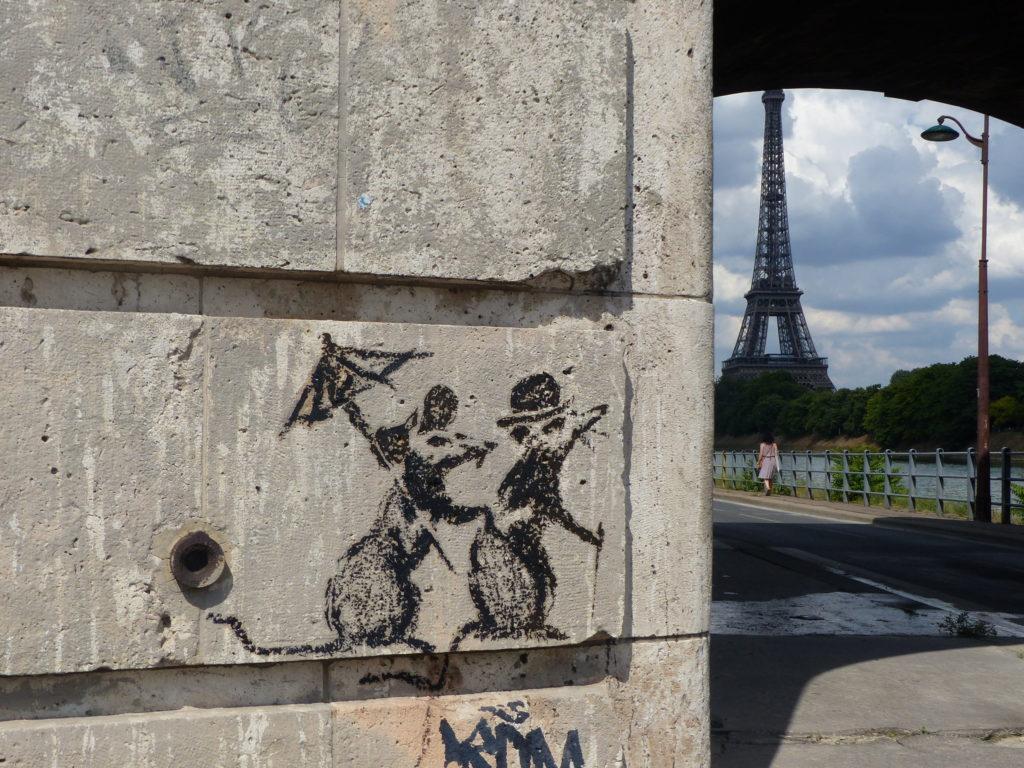 Banksy couple rat Tour Eiffel Paris